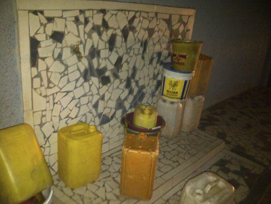 Bidons vides devant le robinet d'un forage, par Alpha Oumar Baldé CC doudoufine.mondoblog.org