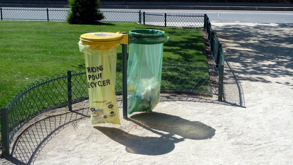 Poubelle recyclage, square Notre Dame (PARIS,FR75) CC jean-louis Zimmermann, flickr.com